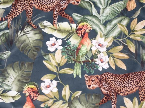 Kussenhoes met platte piping en rits gemaakt van jungle/panter/vogel velours stof 50x60cm