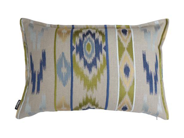 Kussenhoes met platte piping en rits gemaakt van 100% linnen stof met geel/blauw/groen ikat motief, 40x60cm.