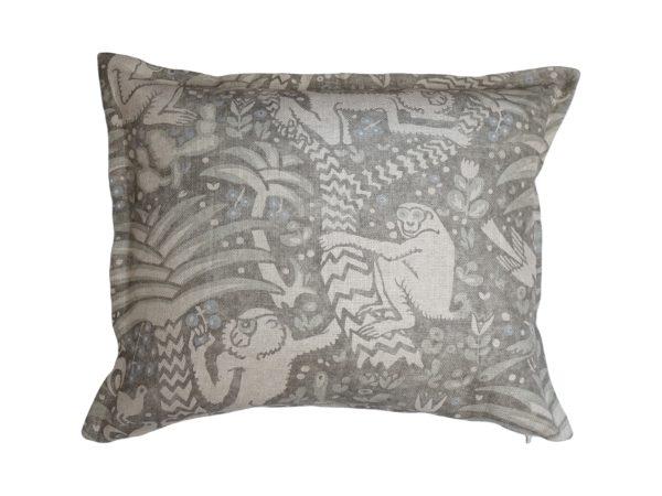 Kussenhoes met platte piping en rits, gemaakt van grijs/wit/blauw stof met aap/vogel/bladeren patroon 50x60cm.