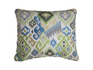 Kussenhoes met ronde piping en rits gemaakt van blauw/groen/geel/witte stof met geweven ikat patroon, 50/60cm.