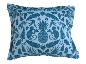 Kussenhoes met platte piping en rits, gemaakt van blauwe stof met aap/olifant/bladeren patroon 50x60cm.