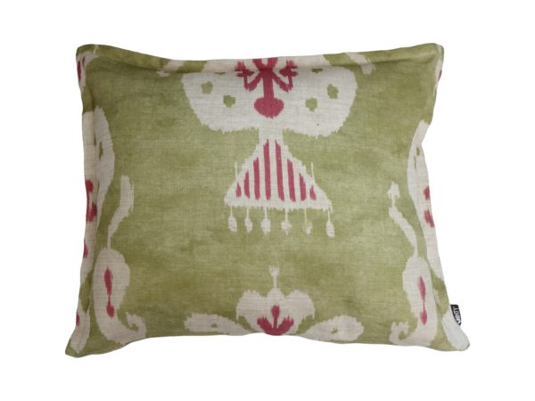 Kussenhoes met platte piping en rits, gemaakt van groene stof met wit/cerise ikat patroon, 50x60cm.