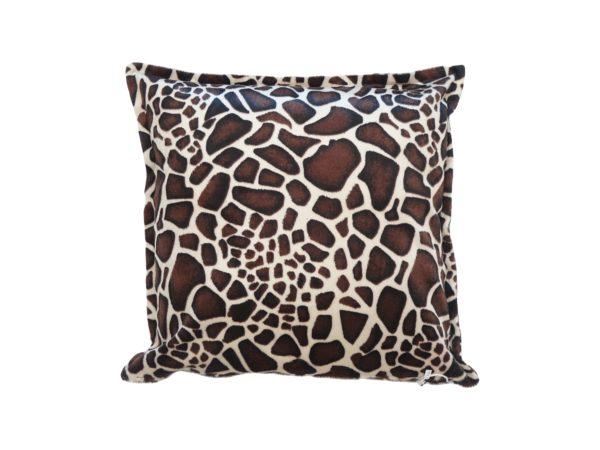 Kussenhoes met platte piping en rits gemaakt van bruin/witte stof met giraffe motief 45/45cm.