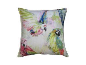 Kussenhoes met platte piping en rits gemaakt van groen/roze/blauw/gele stof met papegaai motief, 50x50cm.