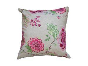 Kussenhoes met platte piping en rits gemaakt van beige linnen geborduurd met roze/groen/witte bloemen/bladeren, 50x50cm.