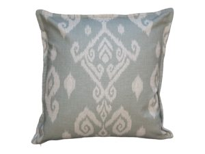 Kussenhoes met platte piping en rits, gemaakt van celadon blauw/groene stof met ikat patroon, 55/55cm.