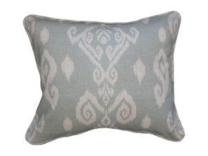 Kussenhoes met ronde piping en rits, gemaakt van celadon stof met ikat motief, 50x60cm.