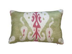 Kussenhoes met ronde piping en rits, gemaakt van groene stof met roze/wit/rood ikat motief, 40x60cm.