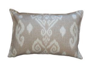 Kussenhoes met platte piping en rits, gemaakt van beige stof met ikat patroon, 40x60cm.