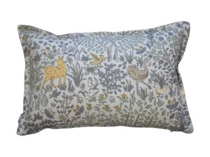 Kussenhoes met ronde piping en rits, gemaakt van celadon stof met panter/bladeren,vogels patroon, 40x60cm.