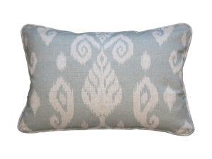 Kussenhoes met ronde piping en rits, gemaakt van celadon stof met ikat patroon, 40x60cm.